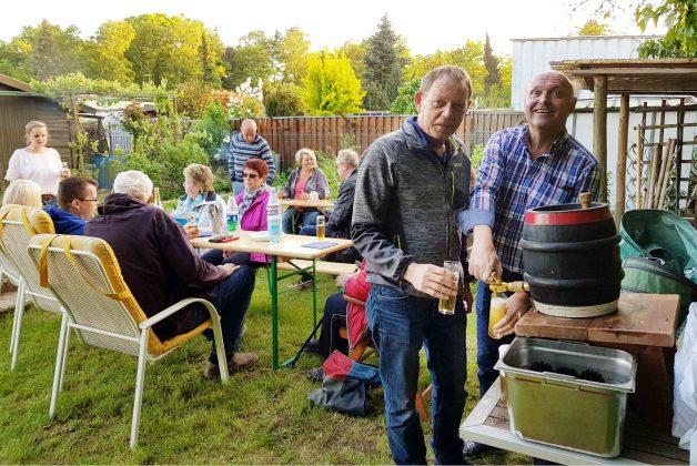 Rainer und Bertram beim Bier zapfen