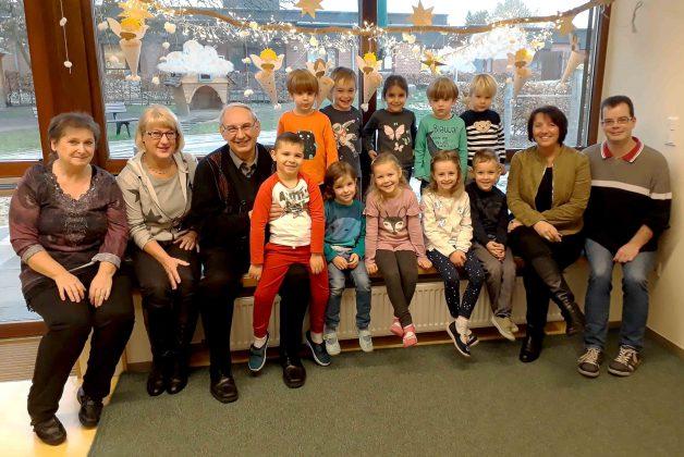 Gruppenbild der glücklichen Kinder