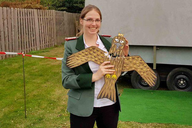 Königin Alicia Podtschaske mit Vogel