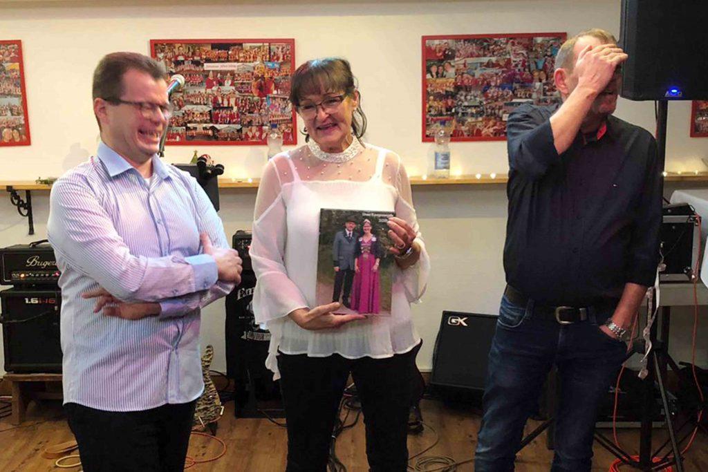 Sabine Flügel mit ihrem Fotobuch