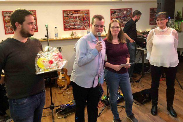 Königspaar Alicia und David überreicht zusammen mit Vorsitzendem Thorsten Steinke die Geschenke