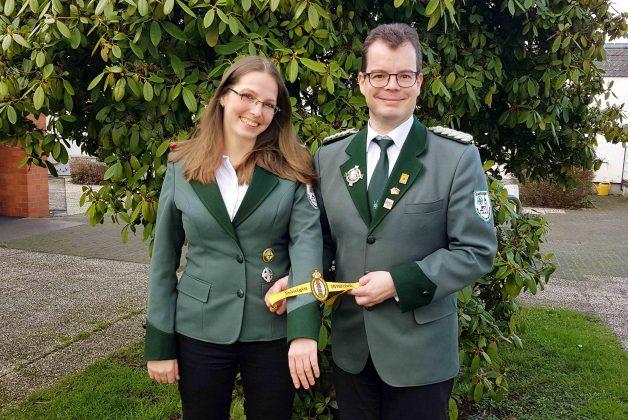 Thorsten Steinke überreicht Königin Alicia Podtschaske das Königsärmelband für ihre Jacke.