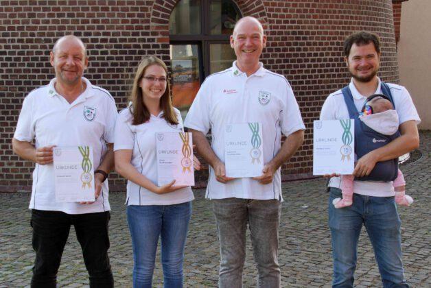 Ausgezeichnete aktive Mitglieder für 15 Jahre Mitgliedschaft. Michael Beier, Alicia Podtschaske, Gerhard Podtschaske und Markus Weis